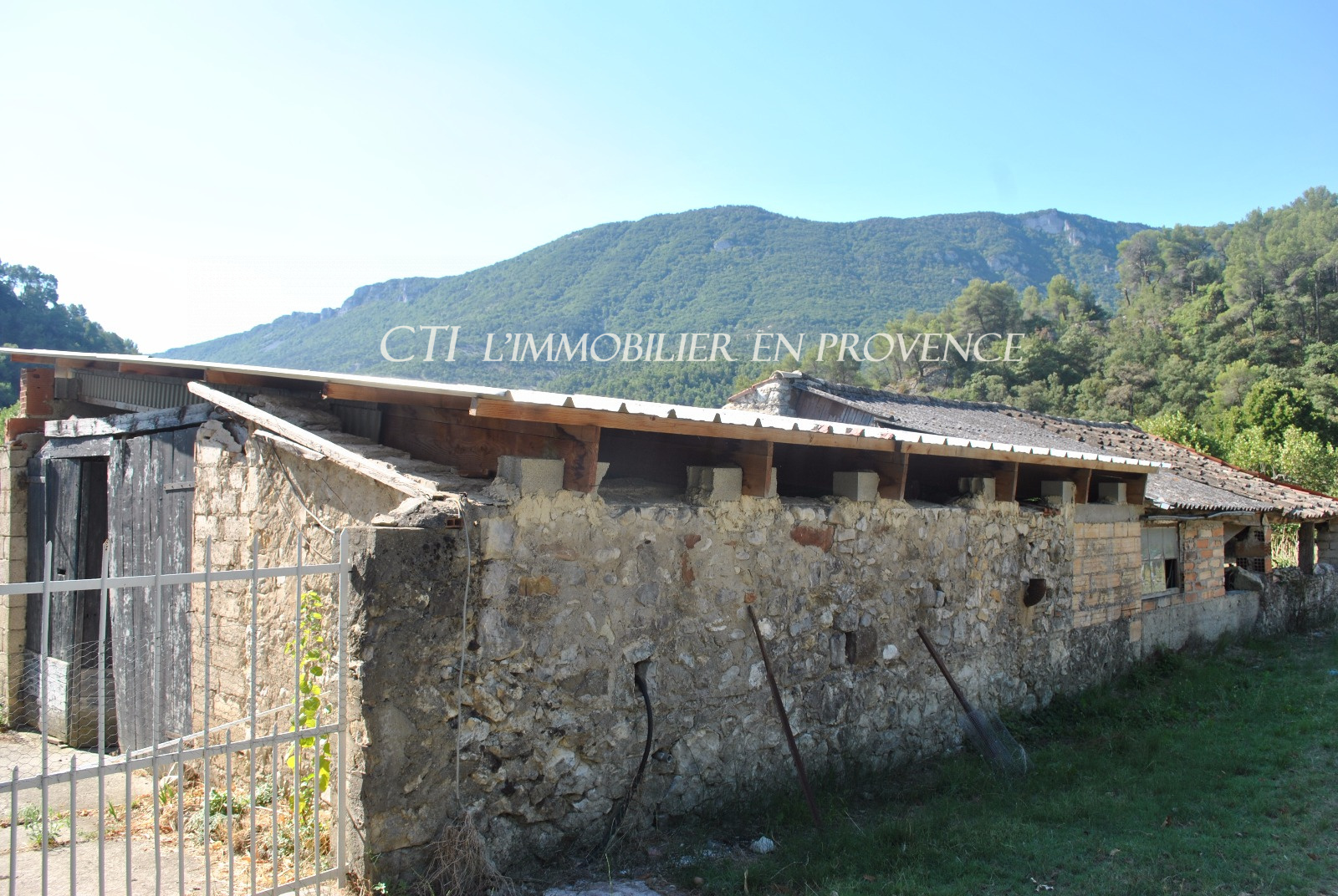 0 www.cti-provence.net, vente ferme à restaurer, nombreuses possibilités, terrain