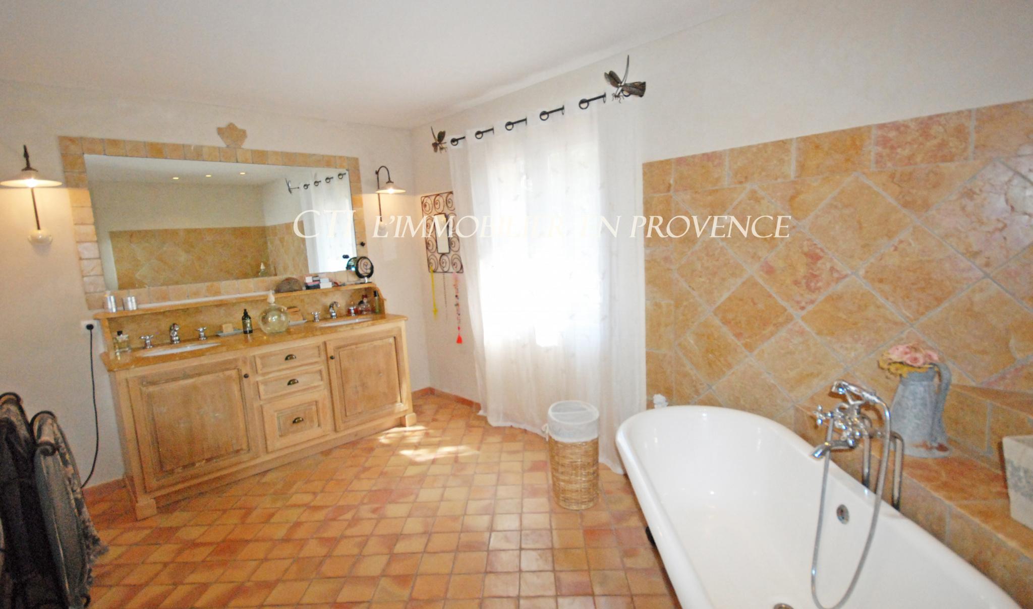 0 www.cti-provence.net BASTIDE PROVENCALE  TERRAIN CLOS PINEDE GARAGE UCHAUX PLEIN SUD BEAUX VOLUMES