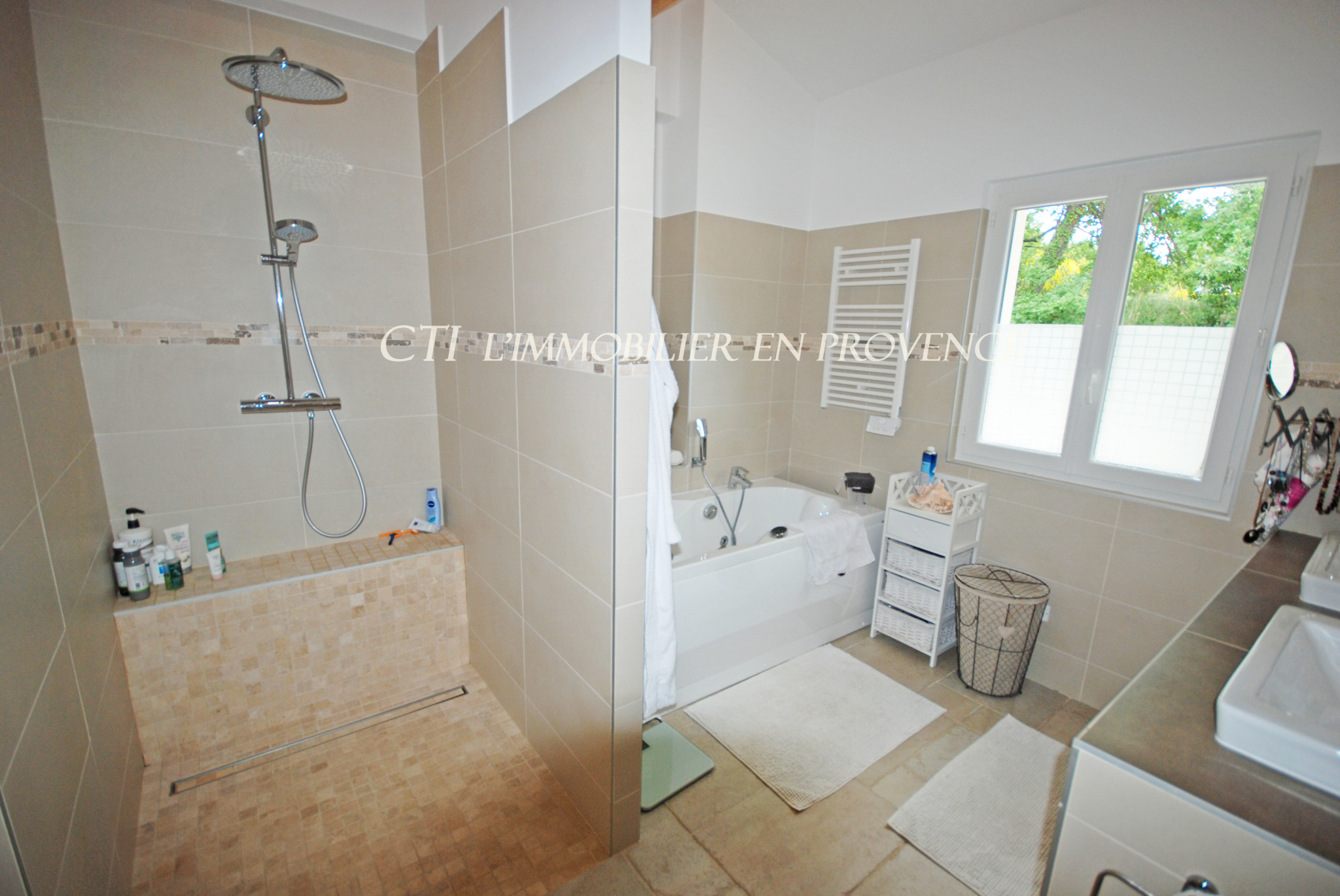 A VENDRE www.cti-provence.net  MAISON D ARCHITECTE VUE PANORAMIQUE 2 GITES JARDIN PISCINE POOL-HOUSE