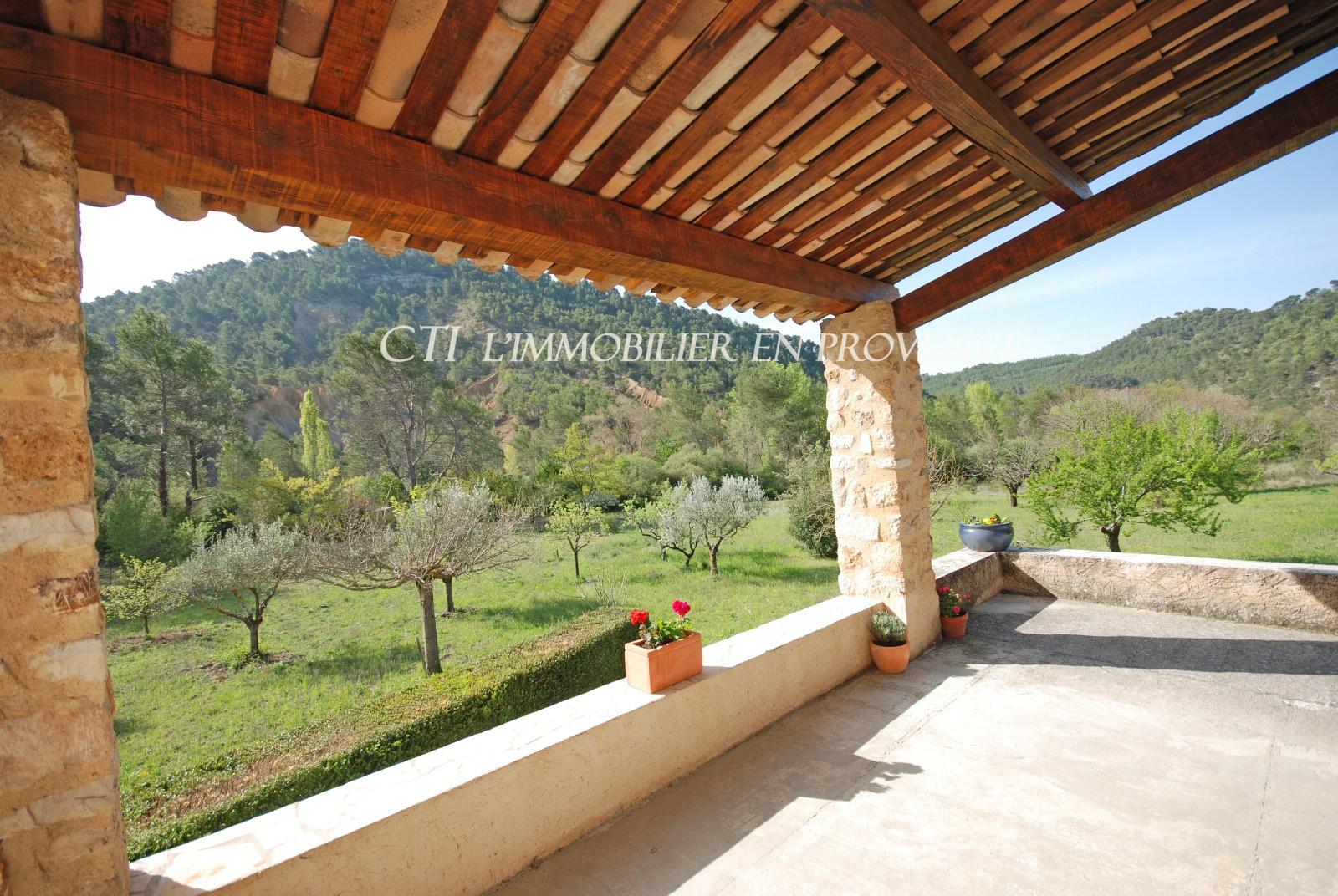 0 www.cti-provence.net A VENDRE MAISON EN PIERRE DE VILLAGE 3 CHAMBRES JARDIN VUE DOMINANTE GARAGE