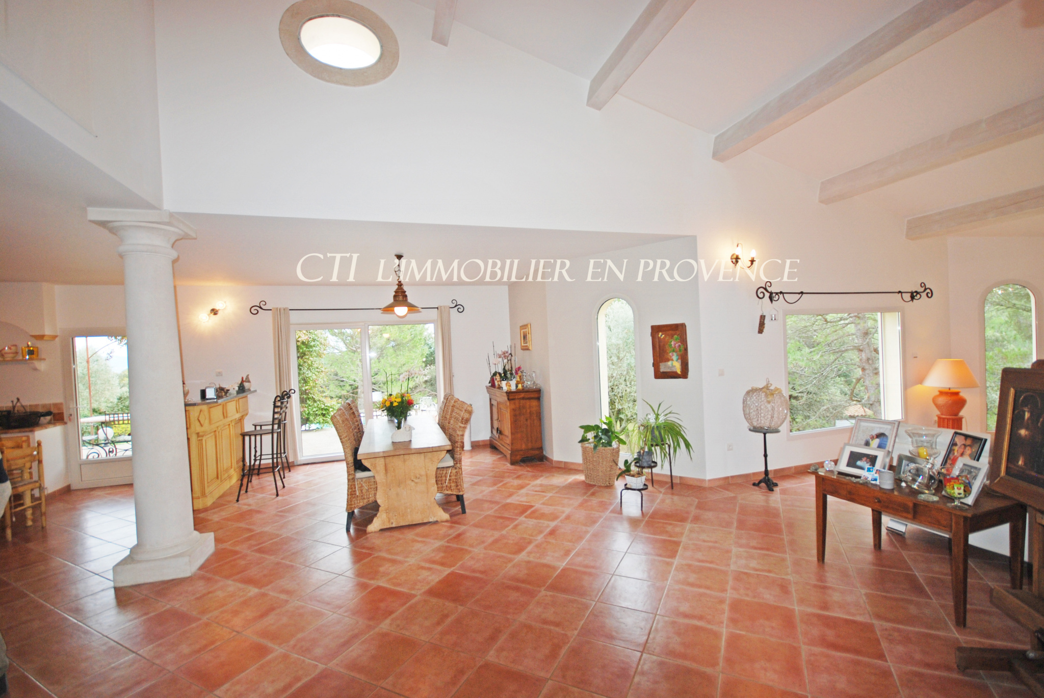 Vue sur le mont Ventoux, les Dentelles de Montmirail depuis cette maison d'architecte avec piscine