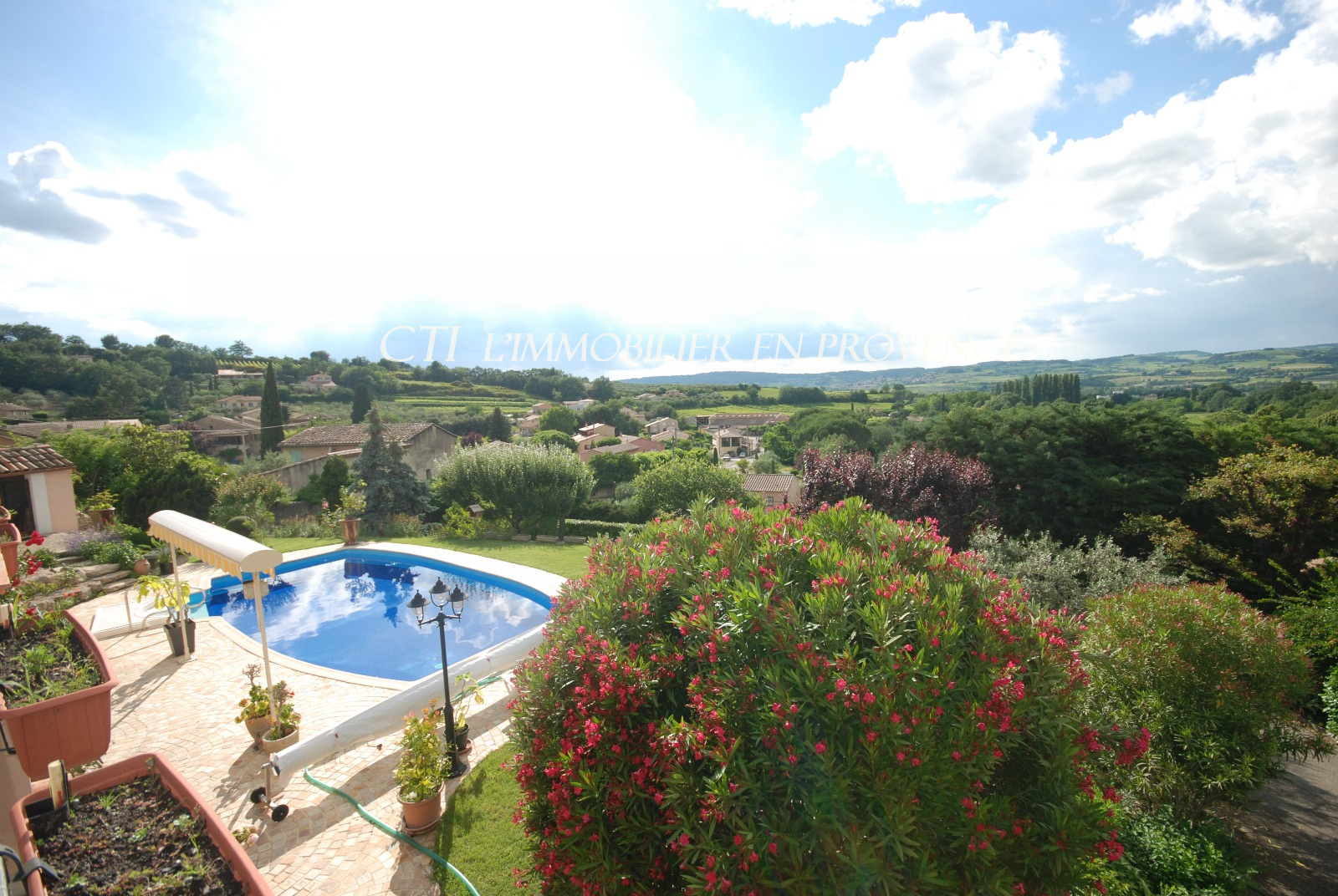 0 www.cti-provence.net. A vendre maison de village en pierre, position dominante, terrain, piscine