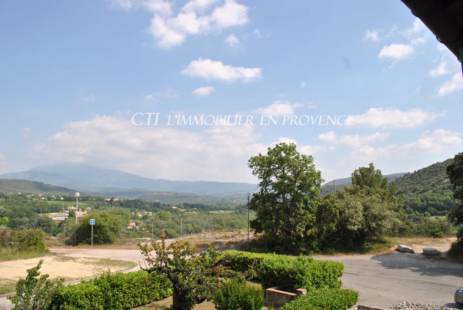 Vente studio proche centre ville de  Vaison vue sur le Mont Ventoux. Garage et cave. Interphone.