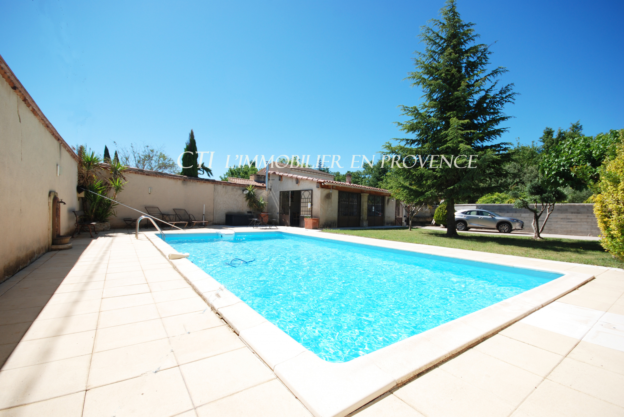 0 www.cti-provence.net A VENDRE CHARMANT MAZET EN PIERRE AVEC PISCINE, jardin clos