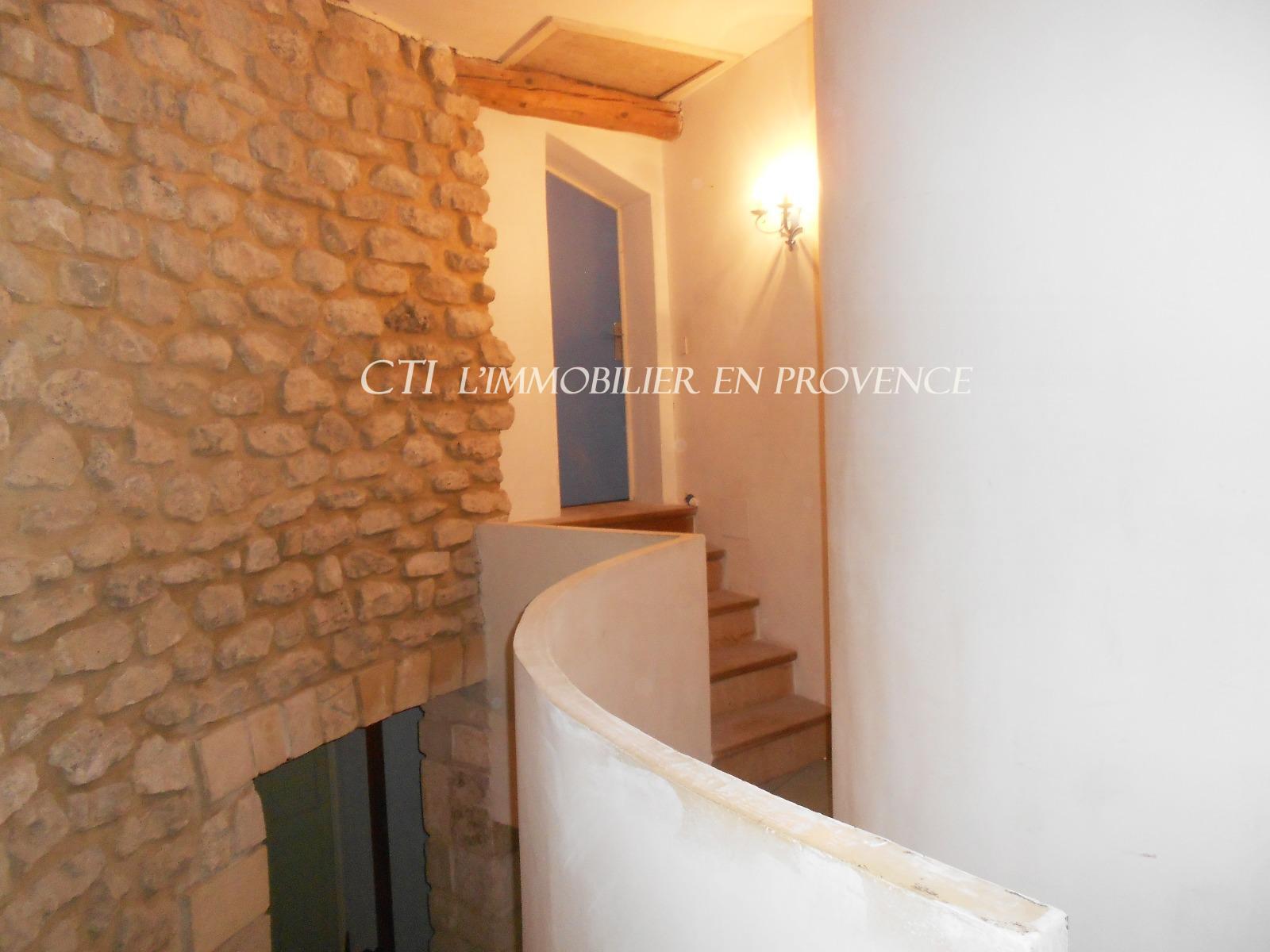 A vendre Grande et belle maison en pierre  terrain arboré, proche village à 15 mn de V